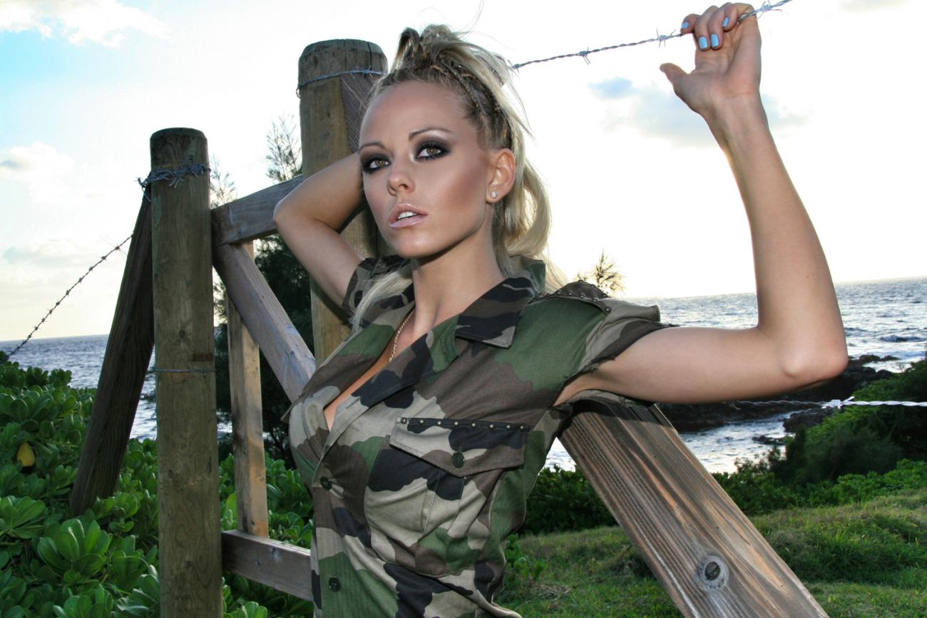 Magnificent military chick - Porno..