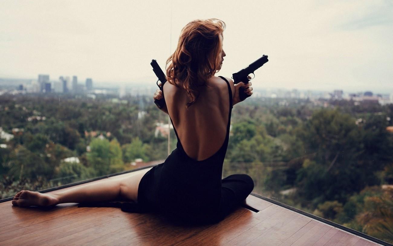 девушка пистолеты..