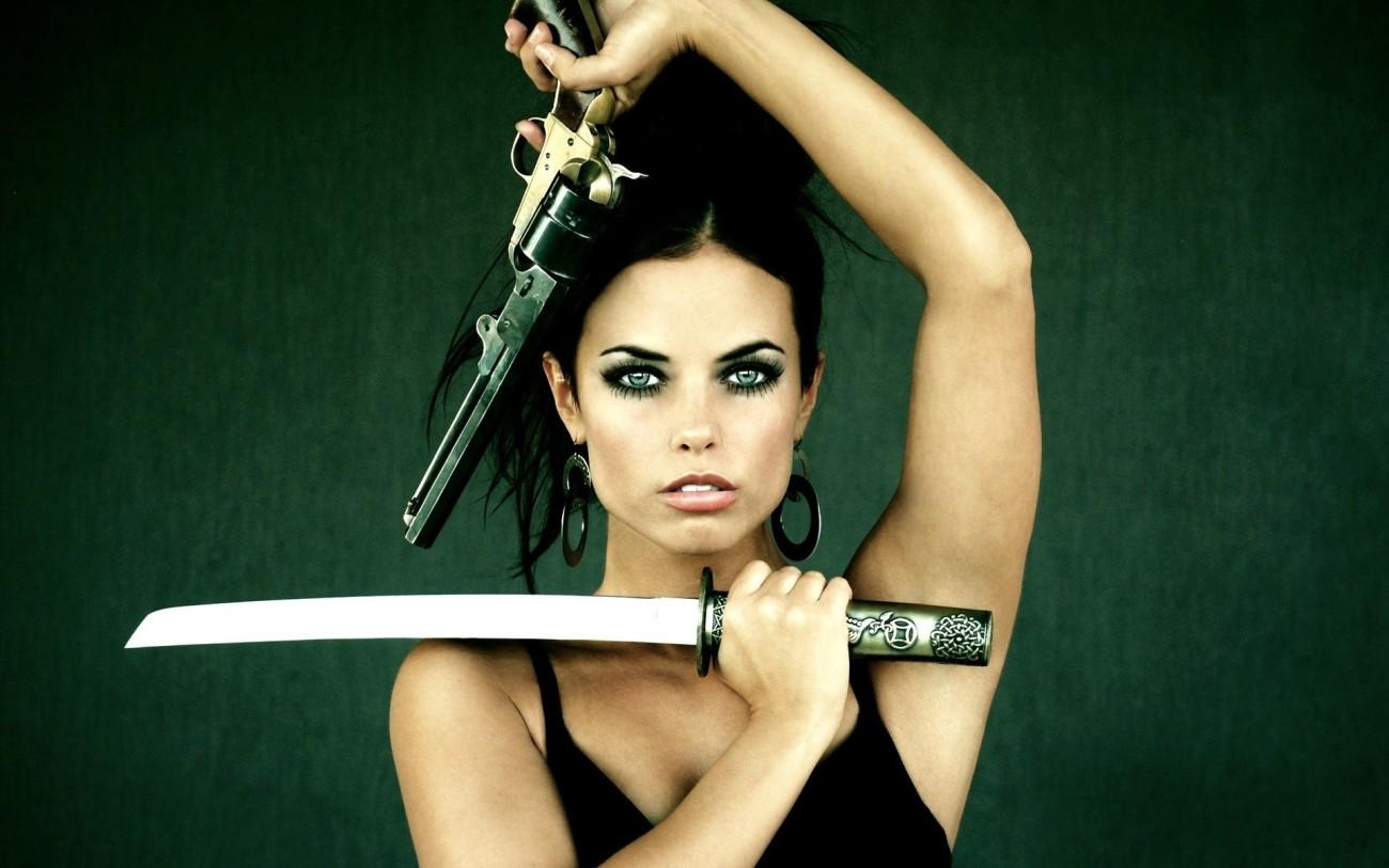 девушки оружие..