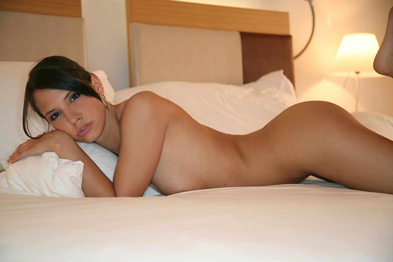 Chicks nude in bedroom - Naked images