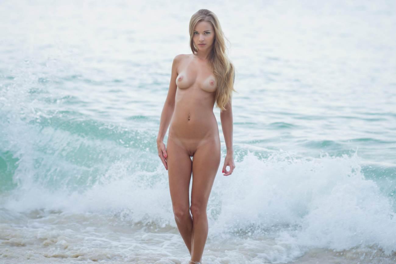 Nake dolls on the beach